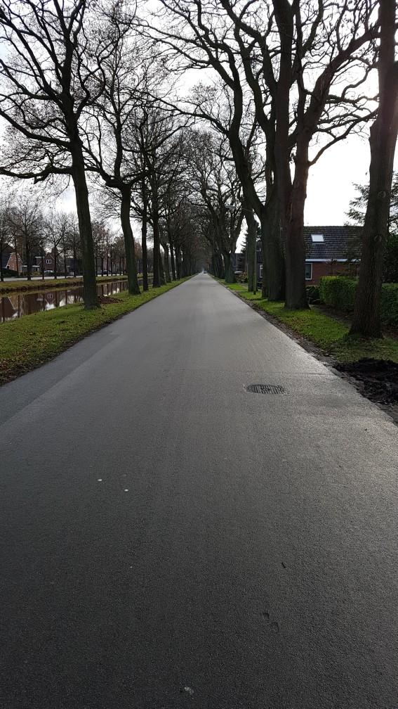 Lange rechte wegen langs het kanaal