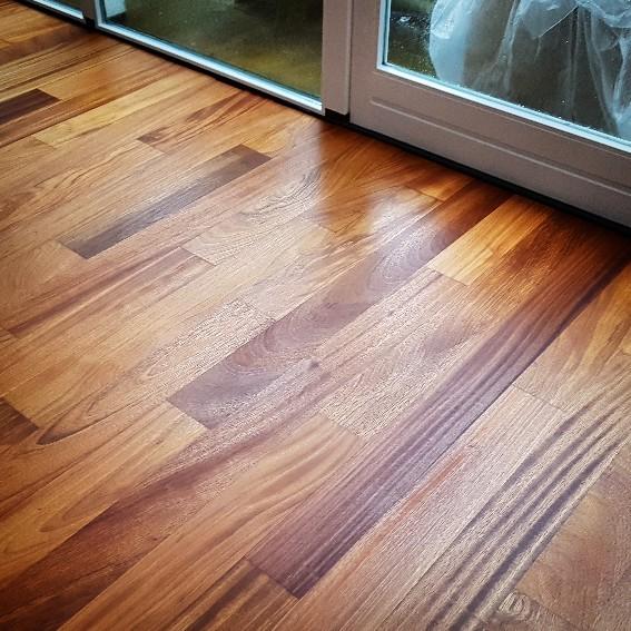 Afzelia geolie, hier zie je mooi de houtstructuren